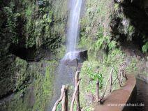 Wasserfall hinter dem Tunnel der Levada da Janela