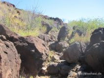 Große Felsen auf dem Weg