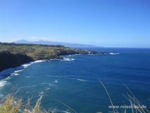 Küste mit Blowhole, Molokai in der Ferne