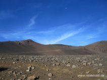 Der Weg bei strahlend blauem Himmel