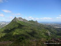 Aussicht über die Berge bis zum Meer