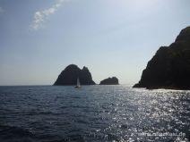 Segelboot vor Lochfelsen