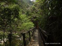 Idyllische Brücke an der Schlucht