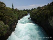 Schmaler Strom oberhalb des Wasserfalls
