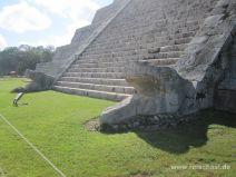 Schlangenköpfe am Pyramidenfuß in Chichén Itza
