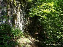 Schmaler Pfad zwischen Felswand und Abhang