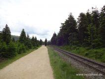 Wegen neben den Schienen