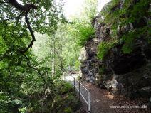 Schmaler Weg zwischen Felsen und Abhang
