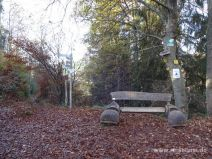 Kreuzung mit Sitzbank