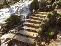 Wasser fließt über Wanderweg