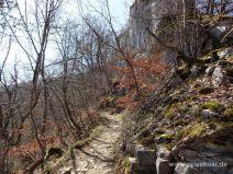 Steile Wand am Weg